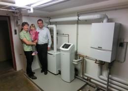 Glückliche Familie mit neuer Vaillant MikroKWK Anlage im eigenen Haus